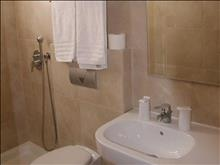 International Hotel: Bathroom
