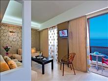 Steris Elegant Beach Hotel: Apartment Living Room